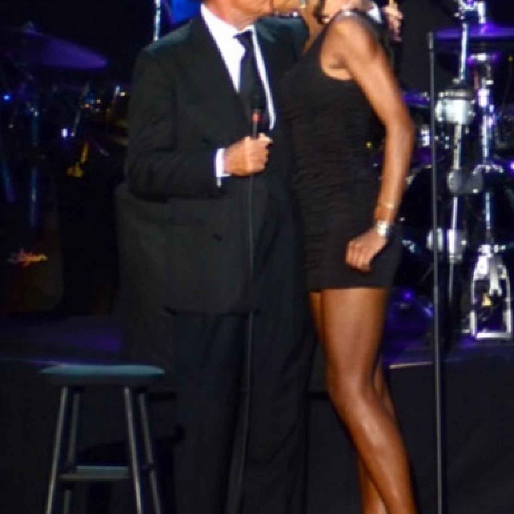 Julio Iglesias besando a una bailarina