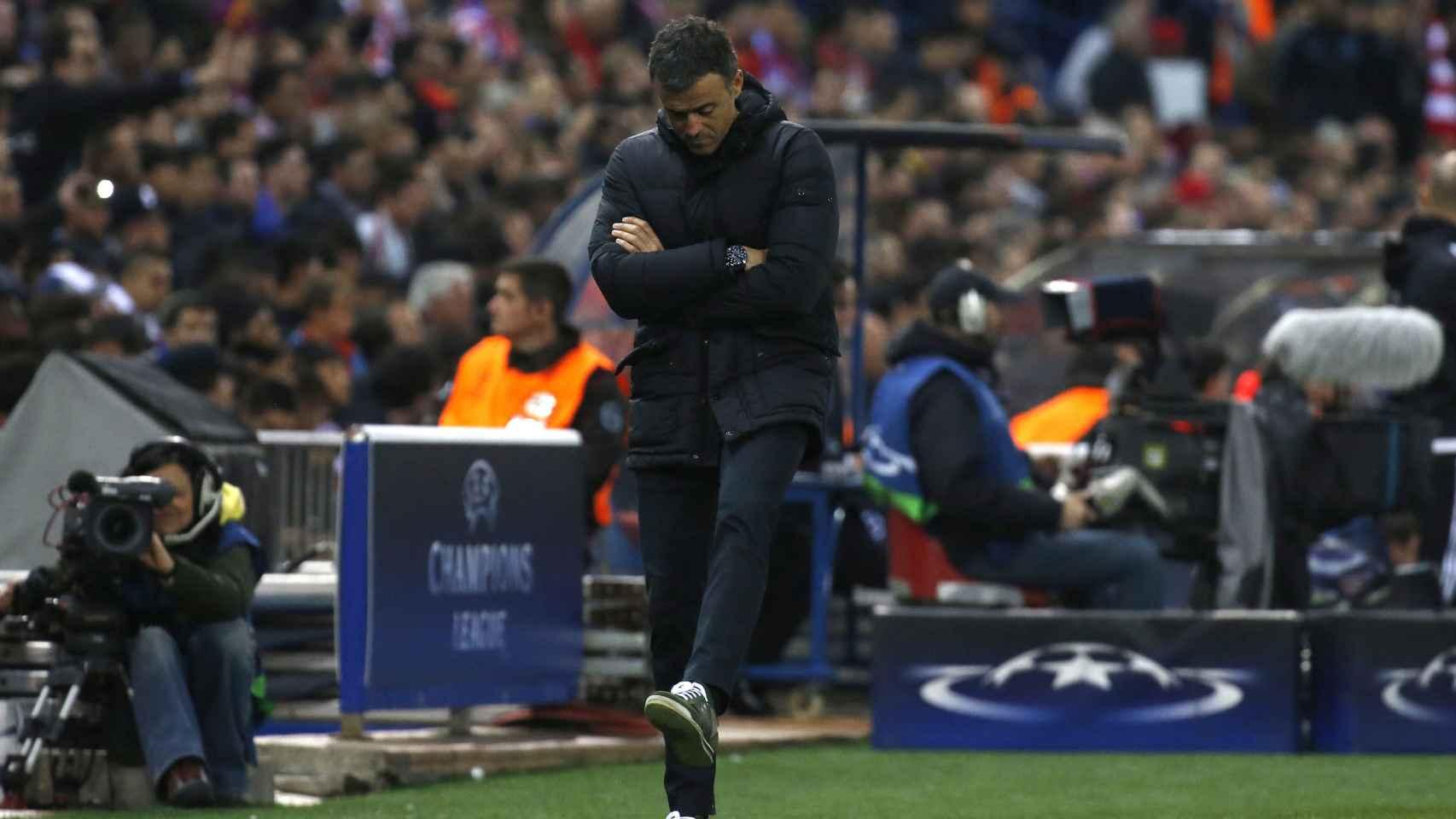 El técnico azulgrana, cabizbajo en la banda del Vicente Calderón.