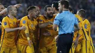 Los jugadores del Barcelona rodean al árbitro en el Calderón