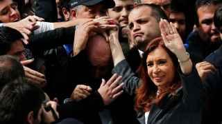 Cristina Fernández saluda a sus seguidores tras declarar.