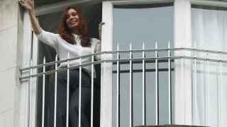 Cristina Fernández de Kirchner saluda desde su casa a la vuelta del juzgado.