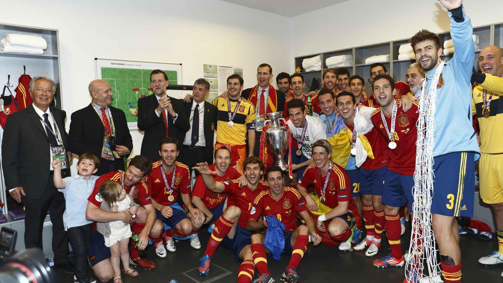Mariano Rajoy y Felipe VI celebran con la Selección la victoria de España en la Euro 2012.