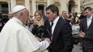 Antonio Banderas y Nicole Kipel se encuentran con el Papa Francisco