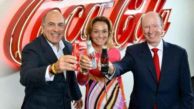 Sol Daurella, entre Muhtar Kent (i), presidente de The Coca-Cola Company, y John Brock (Coca-Cola Enterprises).