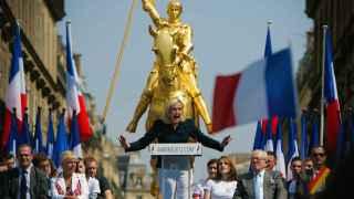 Marine Le Pen pronuncia un discurso frente a la estatua de Juana de Arco.