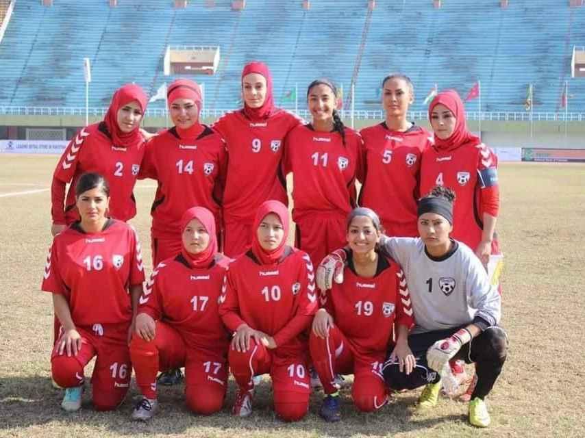 Hajar, la número 14, en la selección femenina de fútbol de Afganistán.