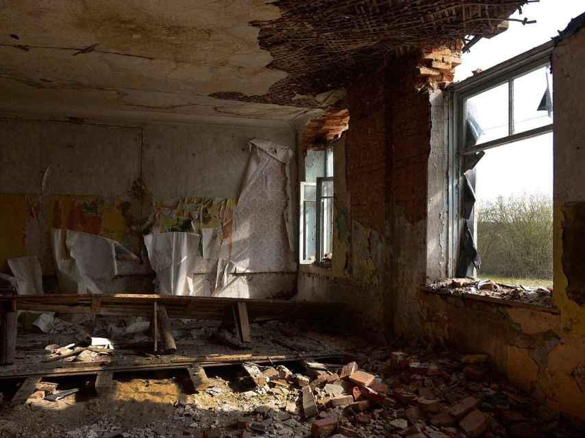 Colegio abandonado a pocos kilómetros de la zona de exclusión.