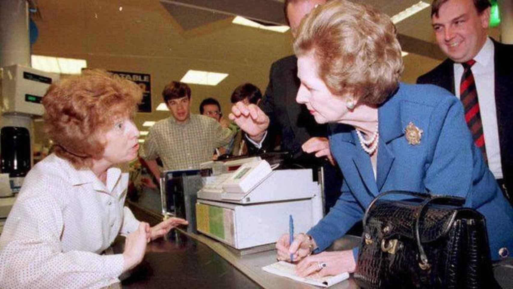 Margaret Thatcher no dejaba el bolso en casa.