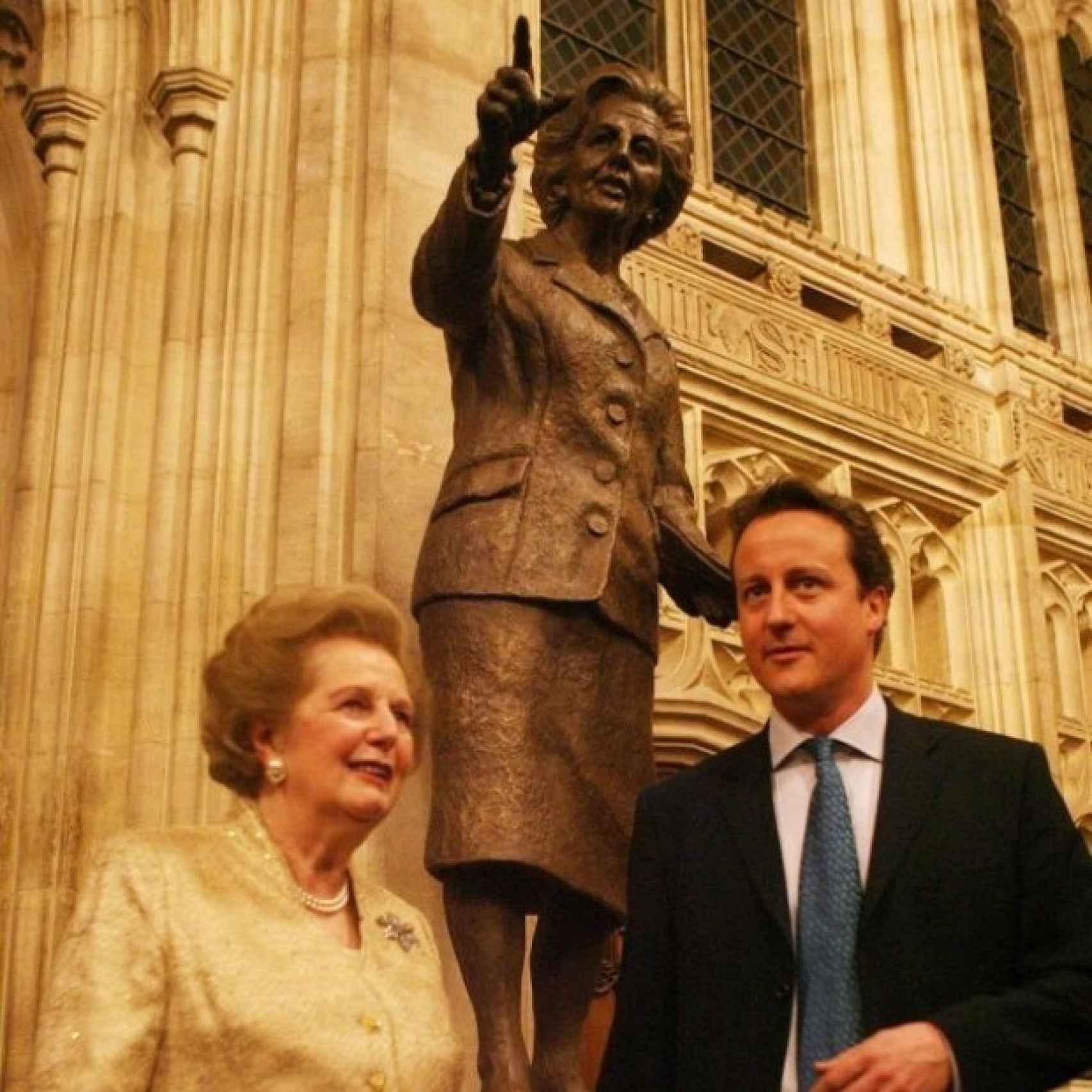 Con Cameron, en el interior del Parlamento, junto a su estatua con bolso.