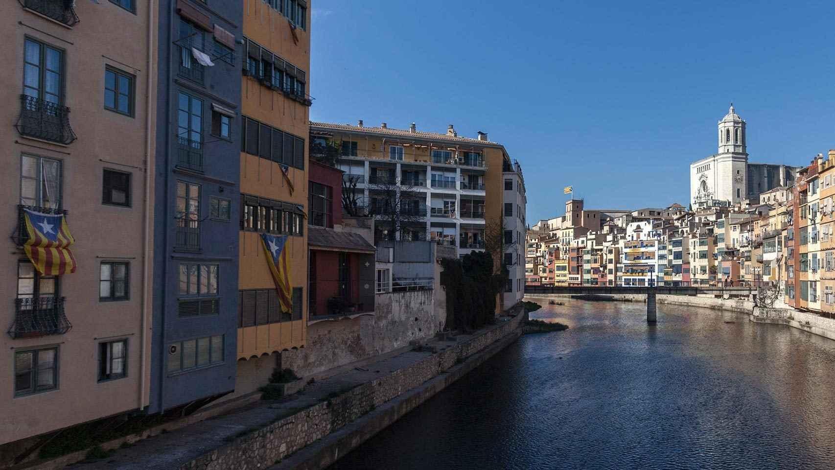 Barri antic de Girona desde el río Onya.
