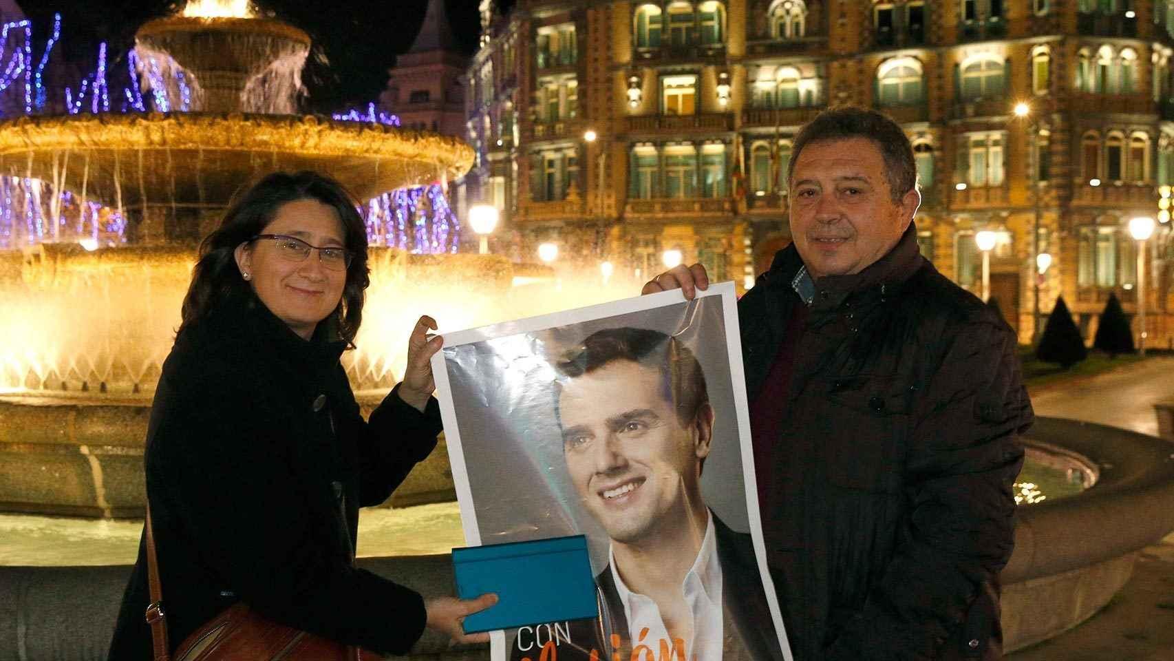 Henar Pascual (i) y Fernando Velayos (d) en la plaza Moyua de Bilbao.