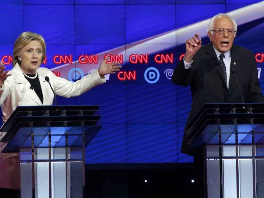 Clinton y Sanders durante el debate en la CNN.