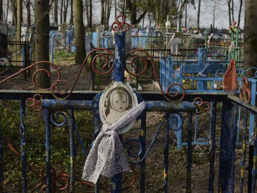 Tumba de un bebé en el cementerio de Gubarevichi, a 30 kilómetros de Chernóbil.
