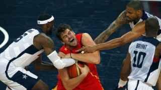 Marc Gasol protege el balón en la última final olímpica ante USA.