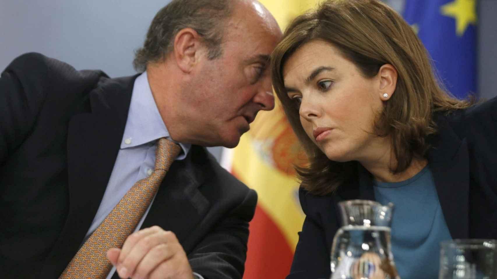 Luis de Guindos y Soraya Sáez de Santamaría tras un Consejo de Ministros.