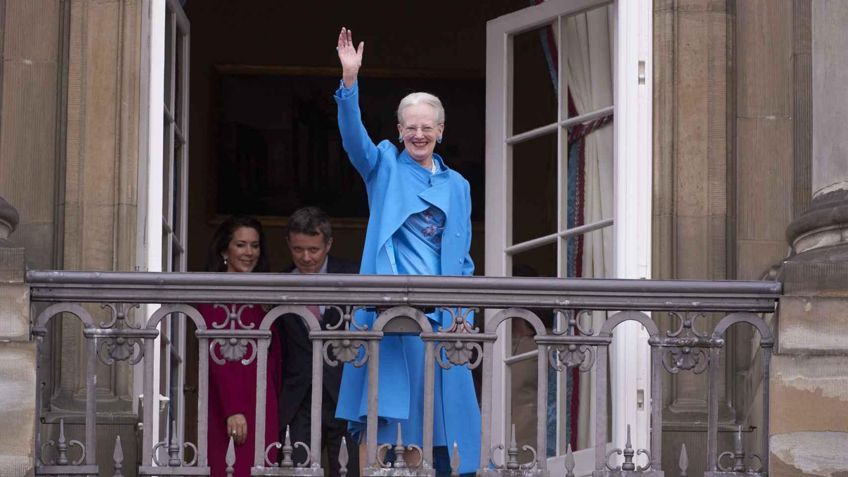 La Reina Margarita salió a saludar primero sola