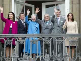La Reina Margarita de Dinamarca y su familia saludan desde el balcón