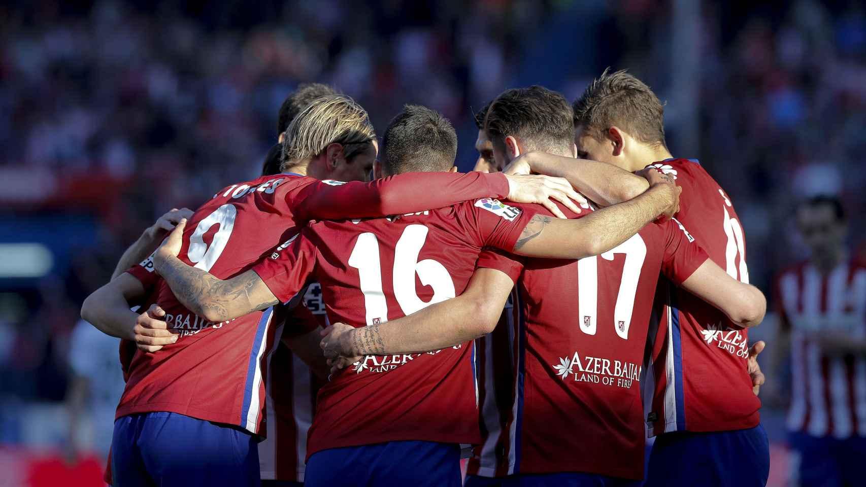 Los jugadores del Atlético celebran el gol de Correa ante el Granada.