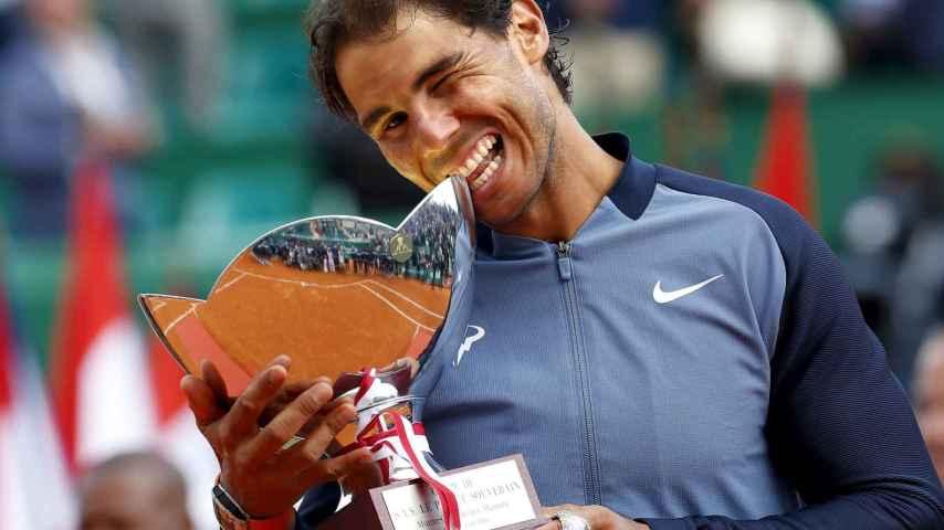 Rafa Nadal con la copa de campeón del Masters 1000 de Montecarlo.