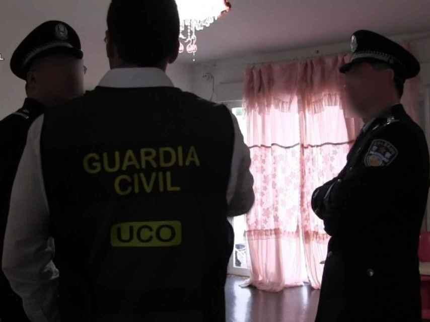 La Guardia Civil y la Policía china registran uno de los pisos en los que se explotaba a las mujeres.