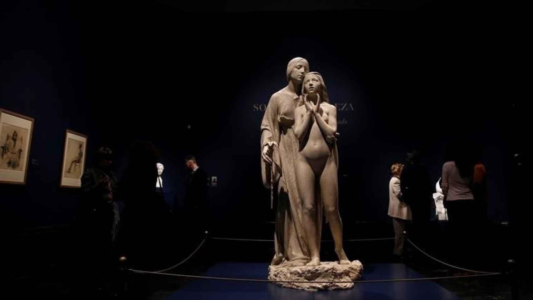 La escultura Al Ideal, en el centro de la exposición.
