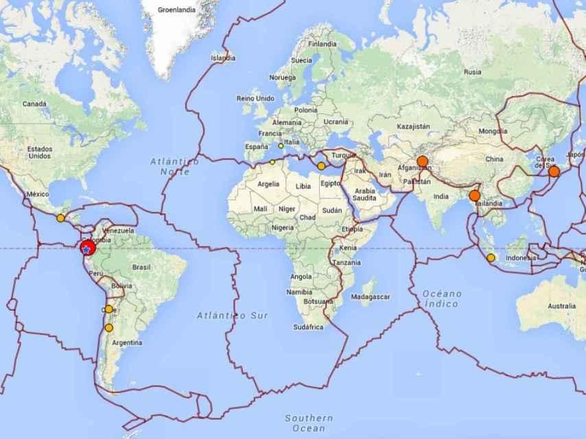 Mapa de los principales terremotos en las últimas 24 horas, con las placas tectónicas marcadas.