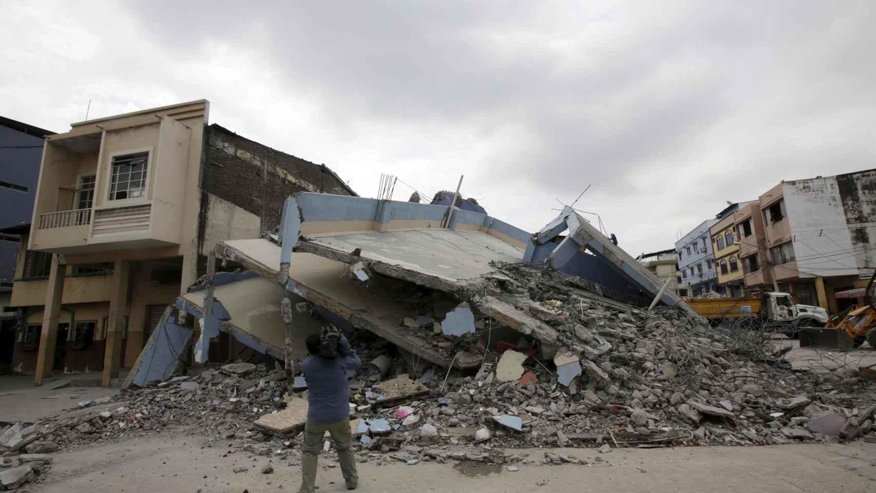 Un edificio derrumbado en Guayaquil, Ecuador.