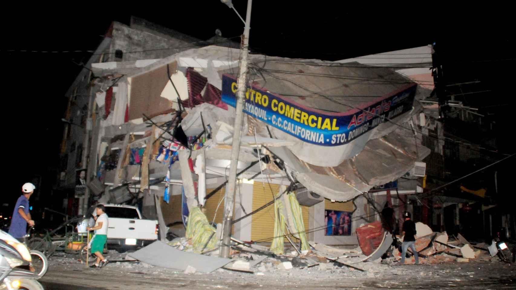 Destrucción en Manta, en la costa ecuatoriana.