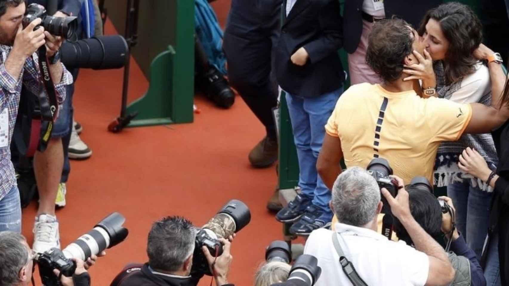 Rafa Nadal besa a su pareja, Xisca Perello, tras la victoria