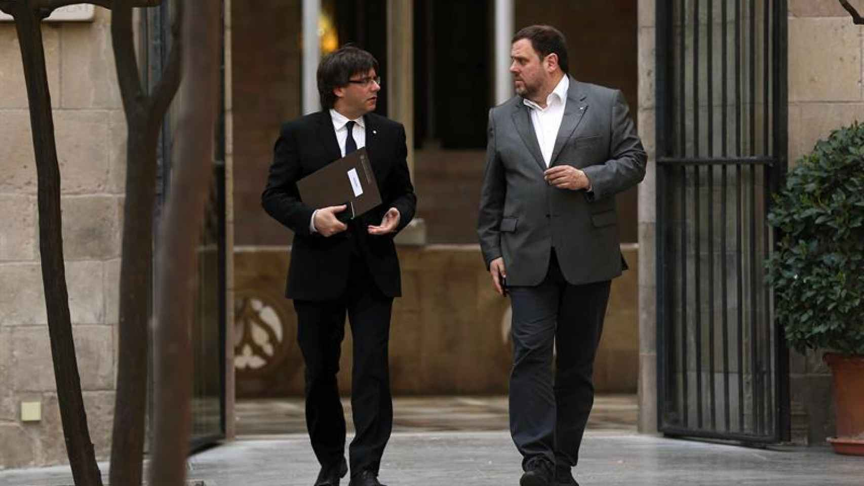 Elpresident de la Generalitat, Carles Puigdemont, junto al vicepresidente, Oriol Junqueras
