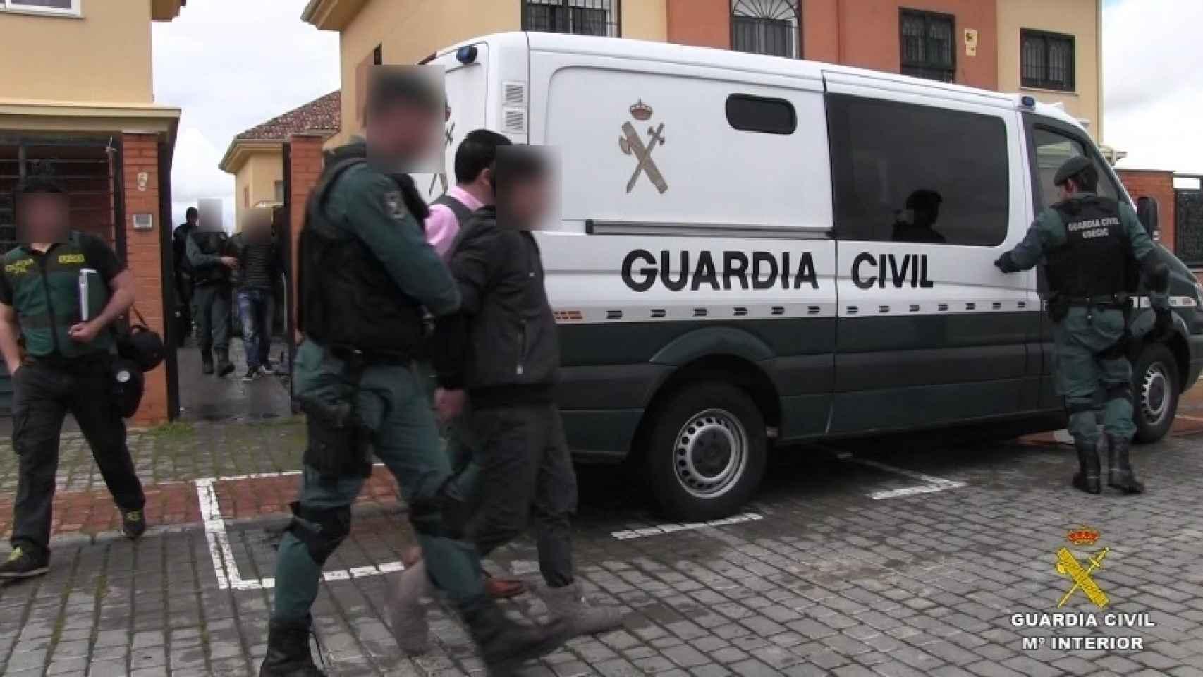 La Guardia Civil detiene a una de las personas relacionadas con esta red de explotación.