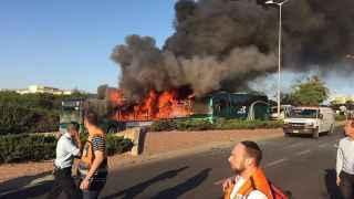 Un autobús en llamas tras la explosión en la carretera de Hebrón.