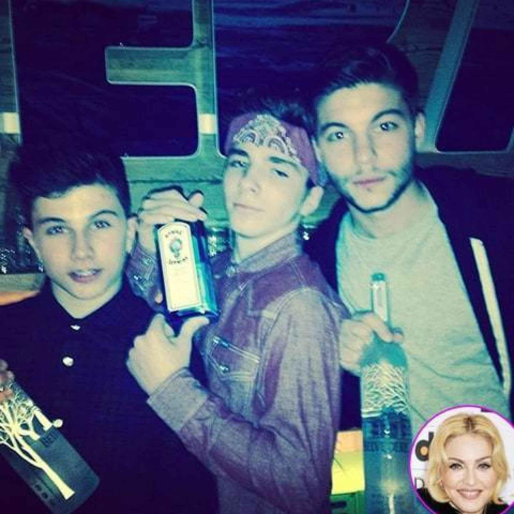 Rocco (en el medio) sostiene una botella de ginebra