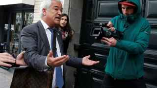Luis Pineda, a su llegada a la sede de Ausbanc en la calle Marqués Urquijo de Madrid durante el registro.