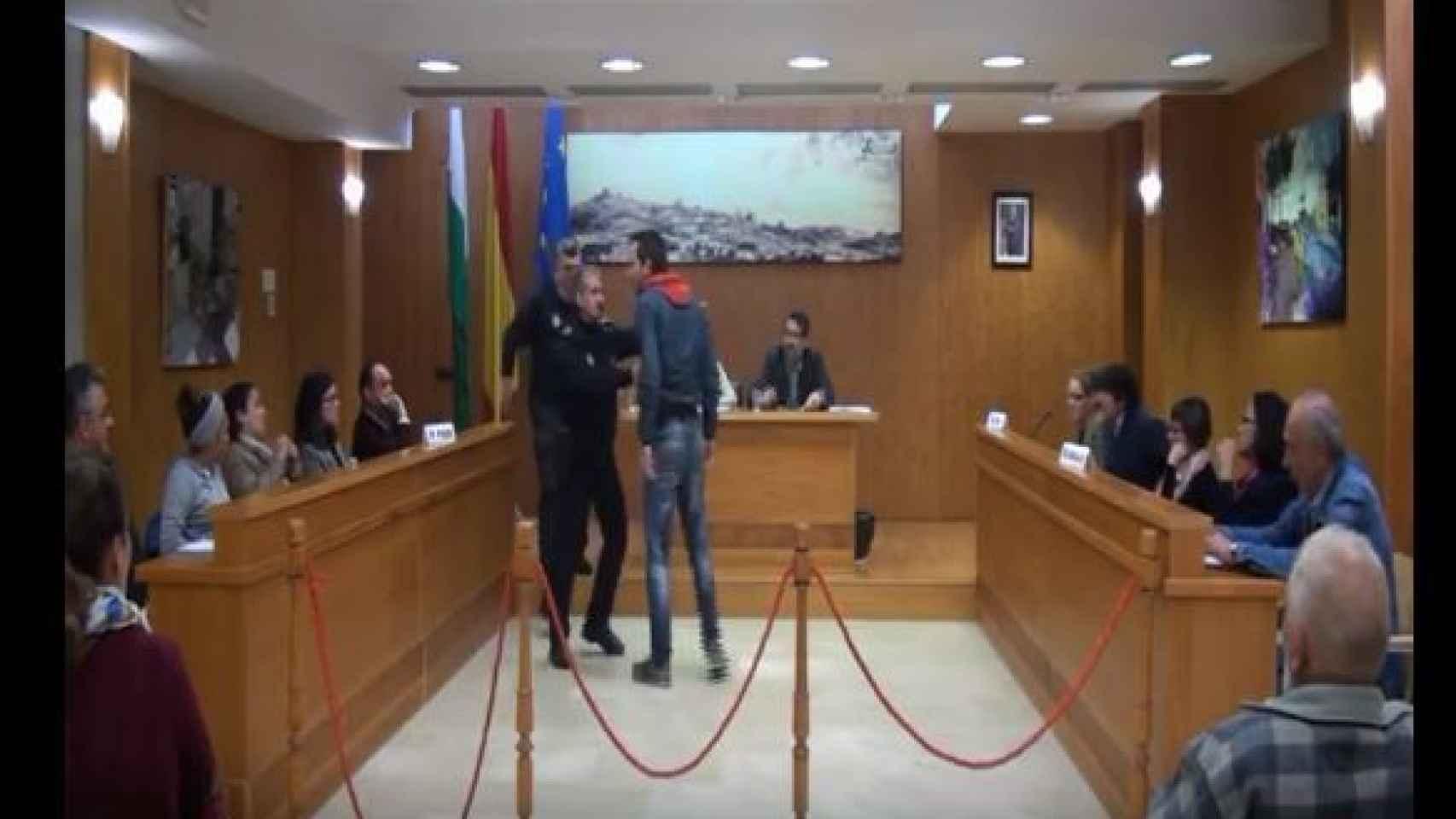 La Policía municipal protege a José Manuel Carballar (PSOE) de Manuel González (NIVA-IU)