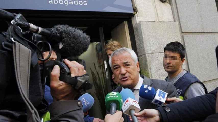 Luis Pineda, presidente de Ausbanc, tras el registro de su sede en Madrid.