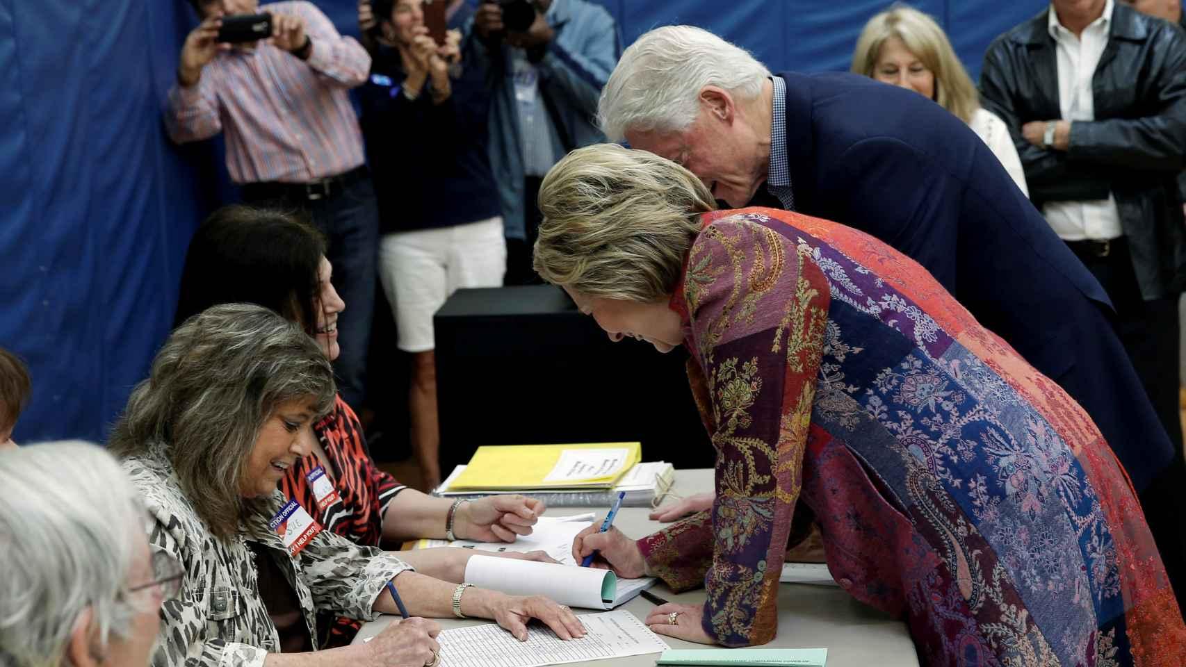 Hillary y Bill clinton votan en la primaria demócrata en Nueva York.