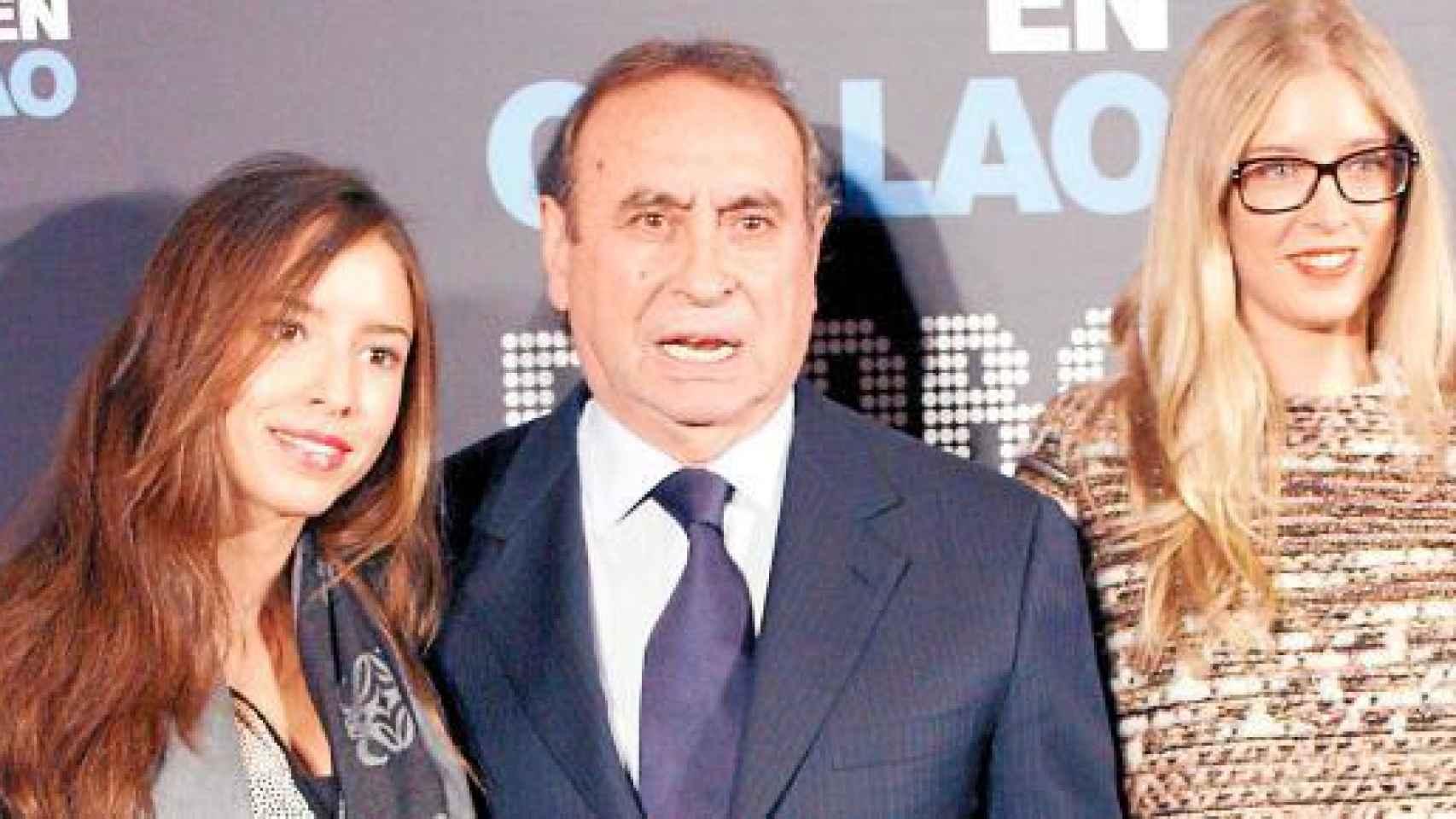 Micaela y Lucía, hijas de Mar García Vaquero con su tío Pedro Trapote.