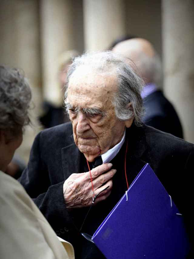 El premio Cervantes Rafael Sánchez-Ferlosio a la salida del acto conmemorativo.