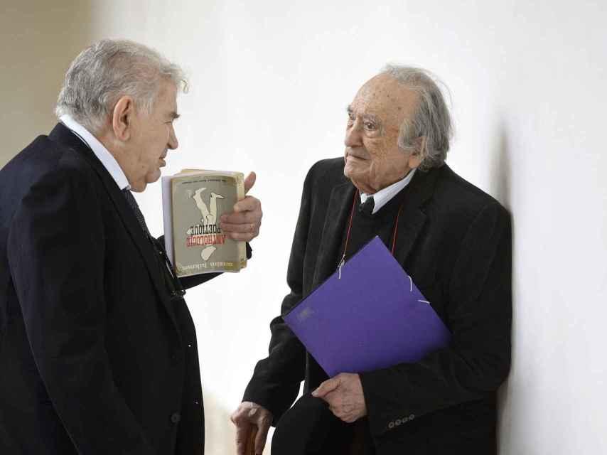 Gamoneda charlando con Sánchez-Ferlosio en el acto conmemorativo de Cervantes.