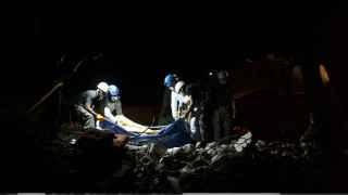 Rescate entre los escombros en en el hotel Royal en Pedernales, Ecuador.