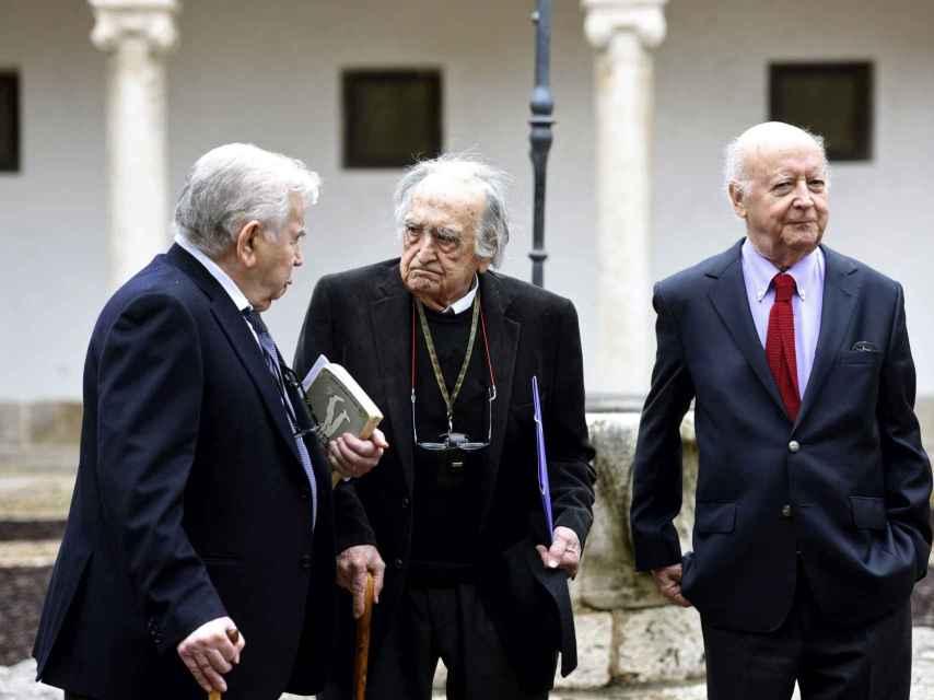 Los premios Cervantes Gamoneda, Sánchez-Ferlosio y Edwards en el patio del Paraninfo.