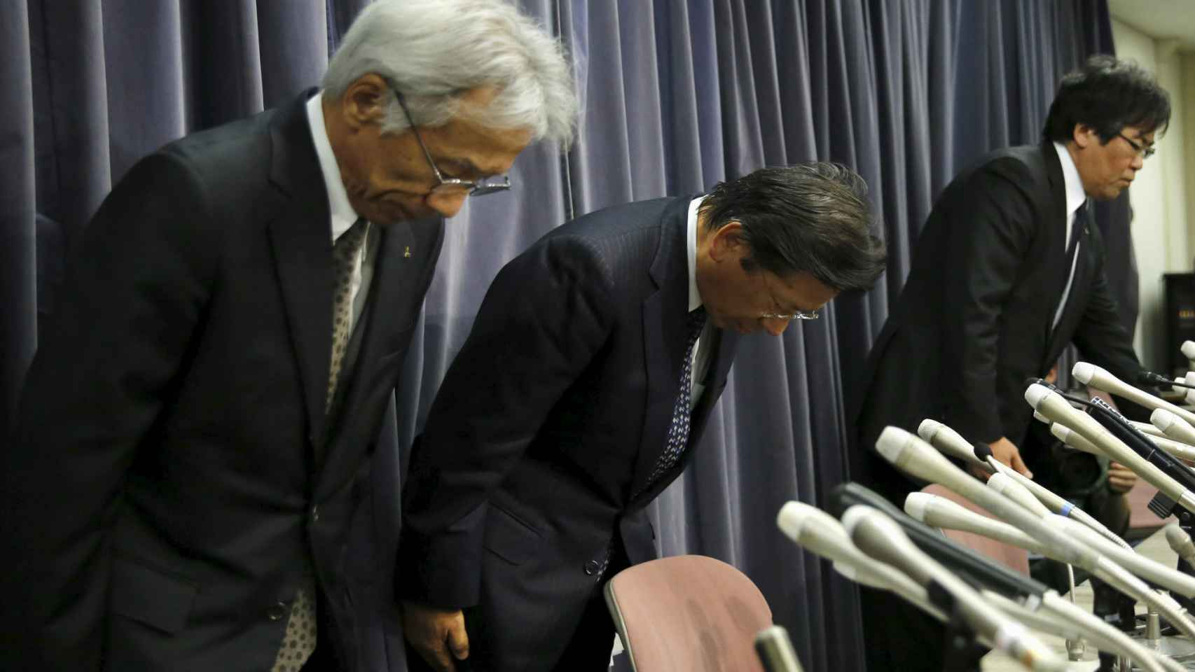 Tetsuro Aikawa, en el centro, junto a otros directivos de Mitsubishi.