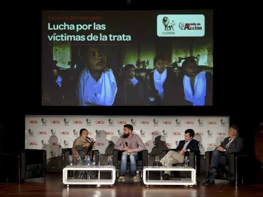 Todos escuchan a Anuradha durante el debate moderado por el reportero de EL ESPAÑOL, David López Frías.