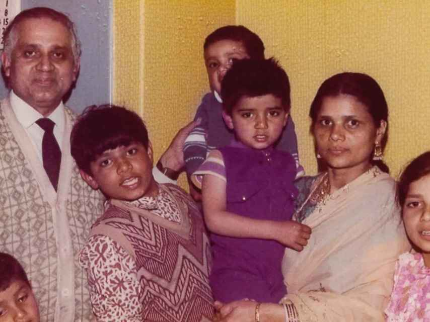 Sadiq Khan cuando era niño (con trajecito morado) junto a sus padres.