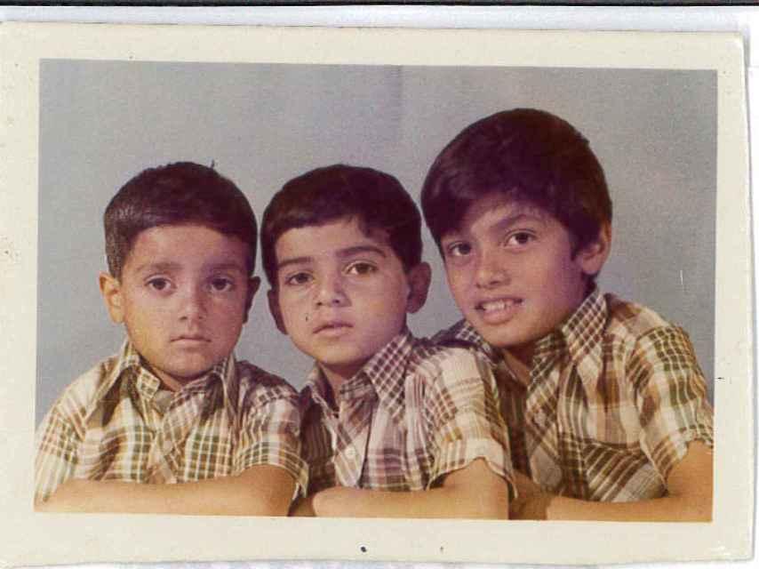 Sadiq Khan (centro) junto a sus hermanos.