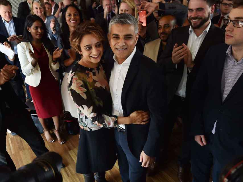 Sadiq Khan junto a su esposa tras ser proclamado candidato en septiembre de 2015.