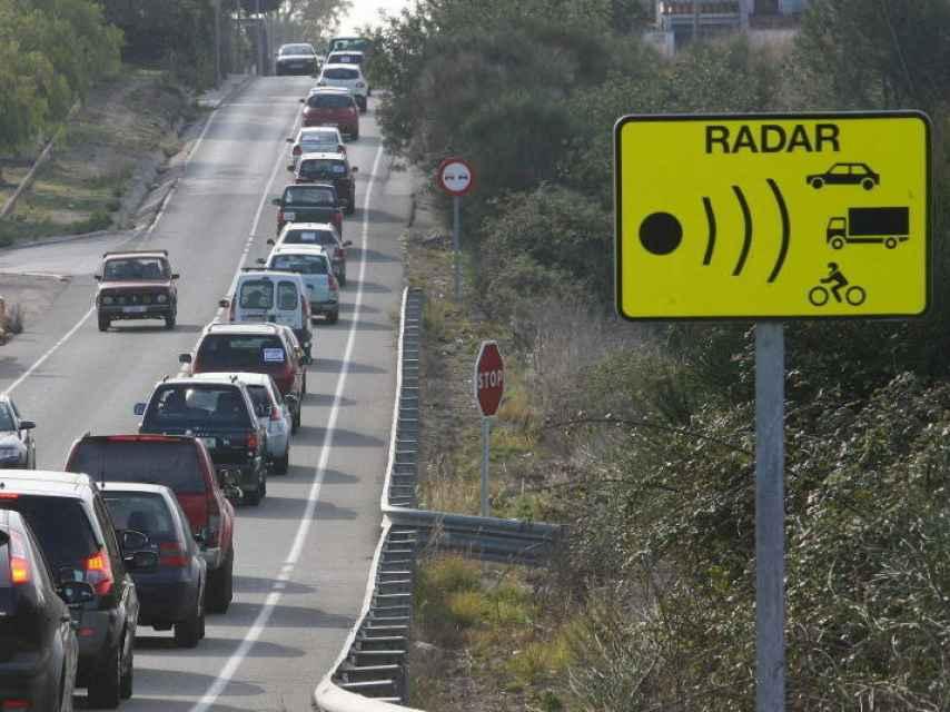 Una señal anuncia la proximidad de un radar de tráfico.