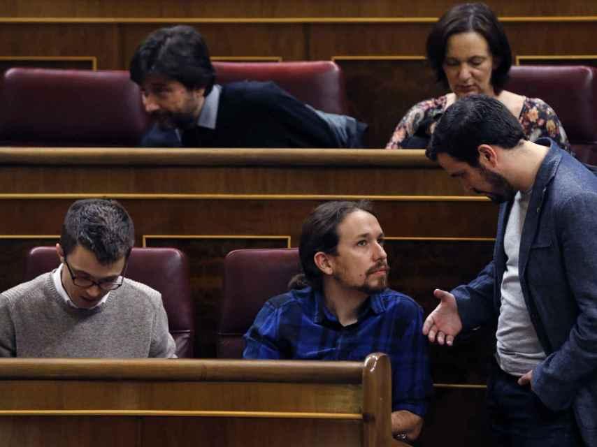 El diputado de IU, Alberto Garzón, conversa con el líder de Podemos, Pablo Iglesias.