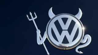 Logo modificado de Volkswagen en un vehículo de Hanau, Alemania.